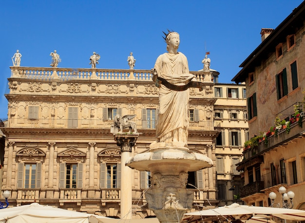 Piazza delle erbe, é a praça mais antiga de verona e se ergue sobre a área do fórum romano