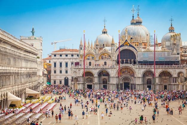Piazza san marco com a basílica de são marcos e a torre do sino do campanário de são marcos (campanile di san marco) em veneza, itália, 9 de setembro de 2015.