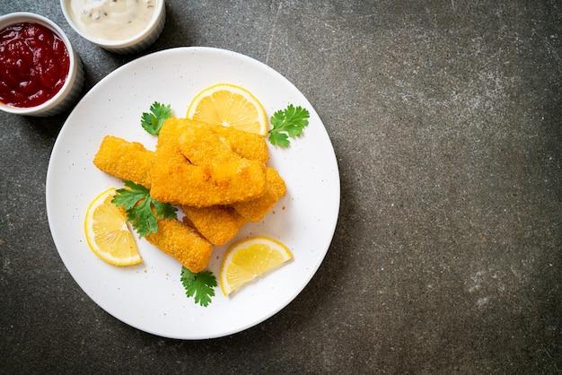 Picadinho de peixe frito ou batata frita de peixe com molho Foto Premium