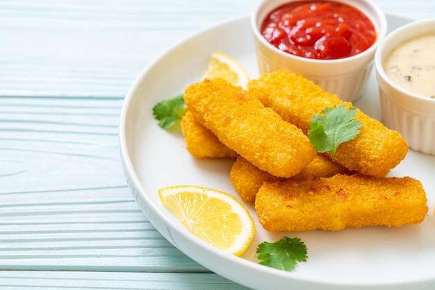 Picadinho de peixe frito ou batata frita de peixe com molho