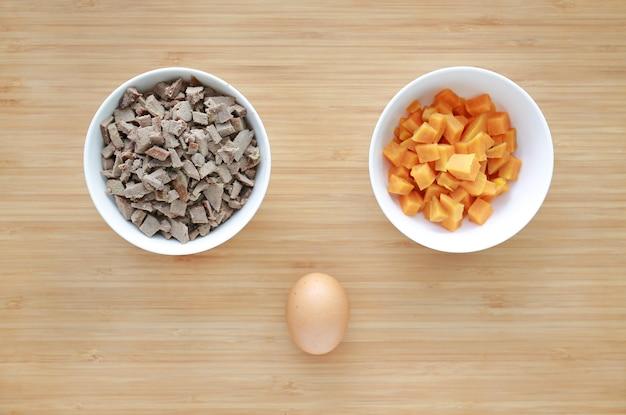 Picado, de, fervido, fígado porco, e, batata doce, em, branca, tigelas, ligado, tábua madeira, com, ovo