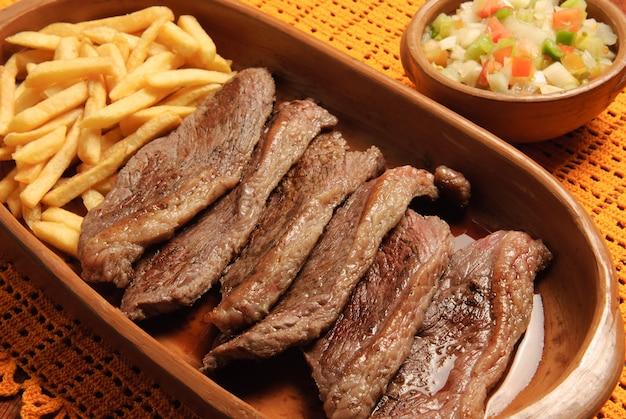 Picanha churrasco assado na brasa e servido em rodelas cozinha tradicional brasileira