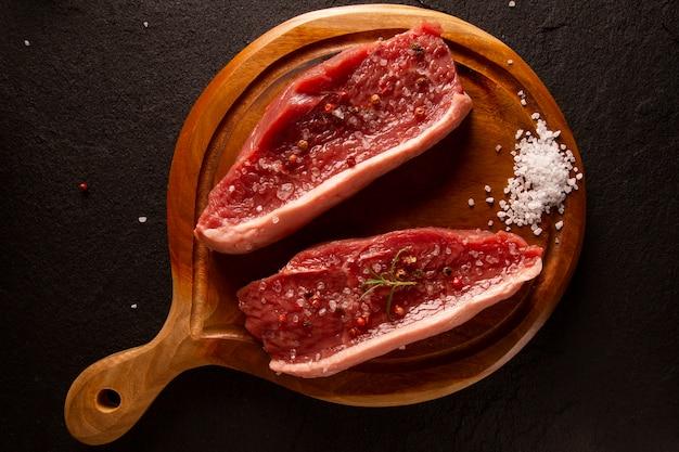 Picanha crua, tradicional corte de carne brasileira em fundo preto. vista do topo.