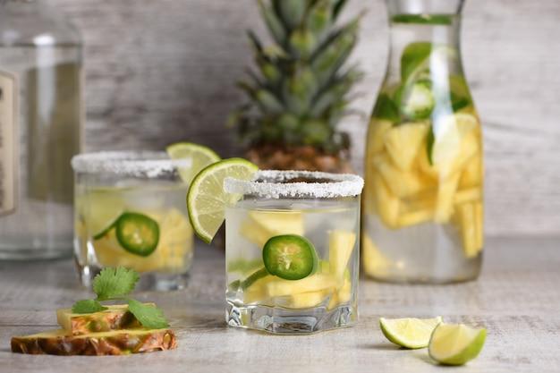 Picante margarita tequila infundida em fatias de abacaxi fresco limão jalapeño quente