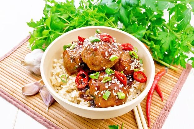 Picantes almôndegas coreanas com molho de amido, molho de soja, vinagre e geleia de damasco, polvilhadas com cebolinha