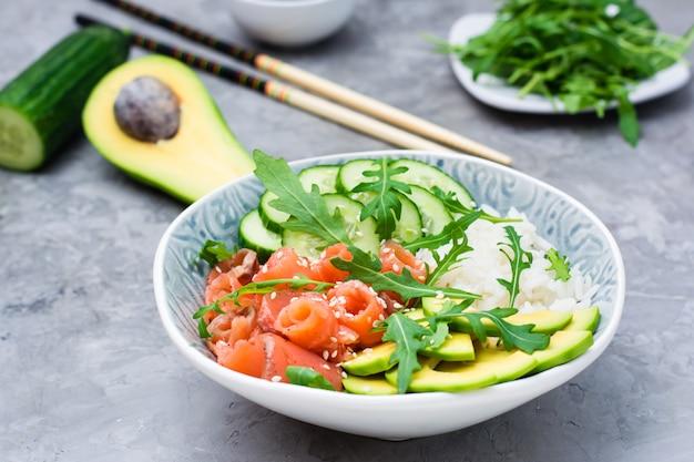 Picar tigela com legumes salmão e sementes de gergelim