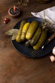 Pickles deliciosos de alto ângulo no prato