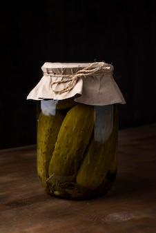 Pickles jar com fundo escuro