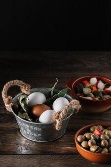 Pickles perto de ovos e folhas de louro