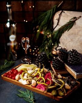 Picles mistos colocados na mesa