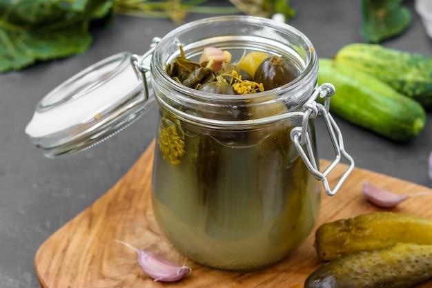 Picles - pepinos em conserva fermentados em frasco de vidro