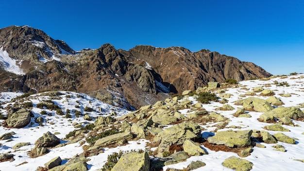 Pico da montanha coberta pela neve, inverno em sochi, rússia.