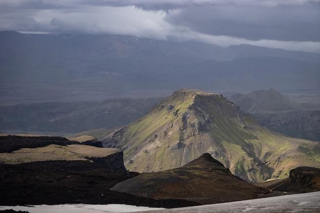 Pico da montanha com nuvens na trilha de caminhada laugavegur perto de thorsmork.
