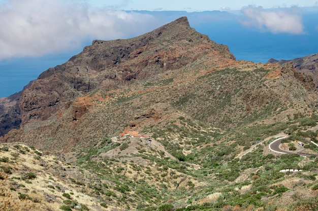 Pico da montanha com um céu nublado
