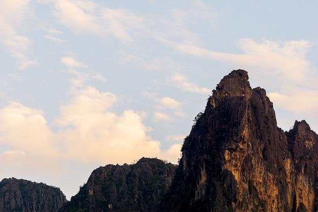 Pico da montanha e céu nublado fundo de paisagem de natureza
