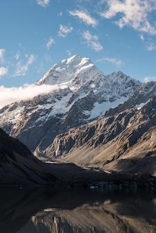 Pico da montanha na ilha sul da nova zelândia com lago que derrete da geleira