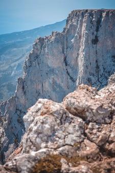 Pico da montanha rochosa ai-petri, crimeia, filtro em um dia ensolarado