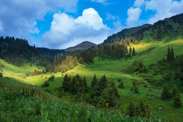 Pico de furmanov no cume da montanha alatau