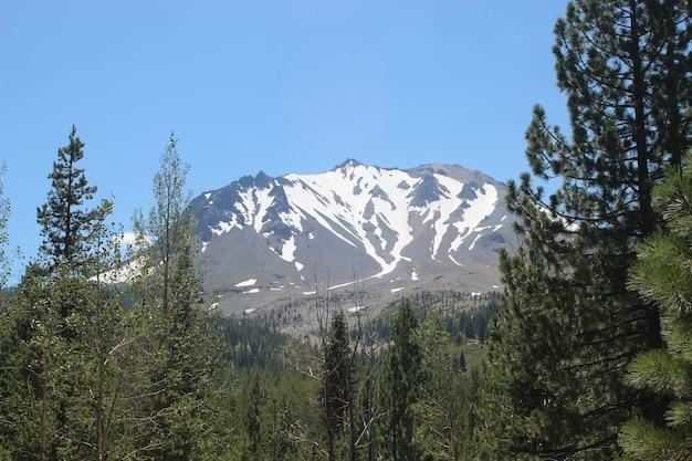 Pico de lassen com neve de inverno no parque nacional vulcânico de lassen, califórnia