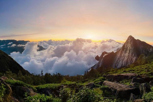 Pico de meesapulimala em west ghats ao nascer do sol