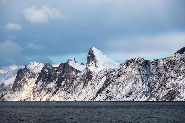 Pico de montanha de neve de segla no oceano