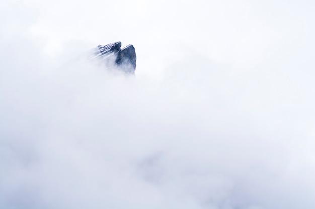 Pico de montanha sobre a névoa no nepal,
