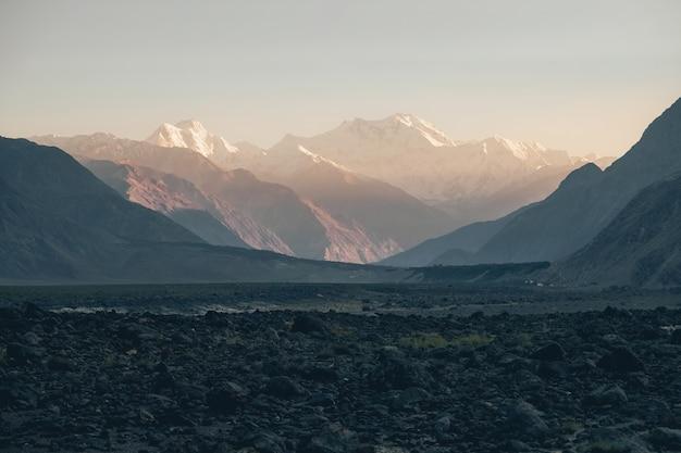 Pico de nanga parbat ou montanha assassina na faixa do himalaia, na hora por do sol.