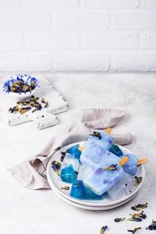 Picolé de sorvete azul de ervilha de borboleta