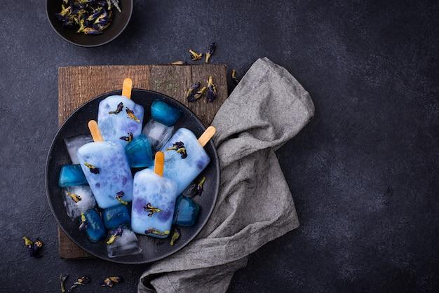 Picolé de sorvete azul de ervilha