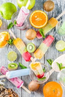 Picolé de sorvete de frutas coloridas