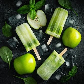 Picolé de verão brilhante de maçã verde.