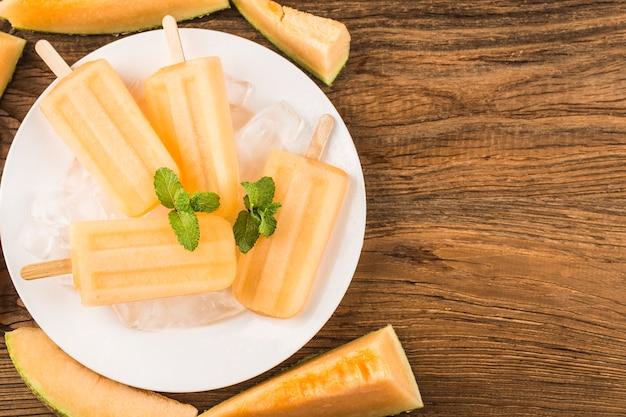 Picolé delicioso caseiro de melão cantalupo. sobremesa saudável de verão.