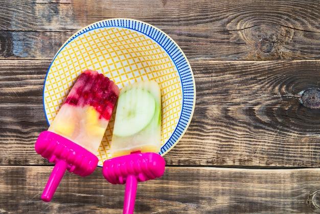 Picolé vegan caseiro de suco de maçã congelado e bagas