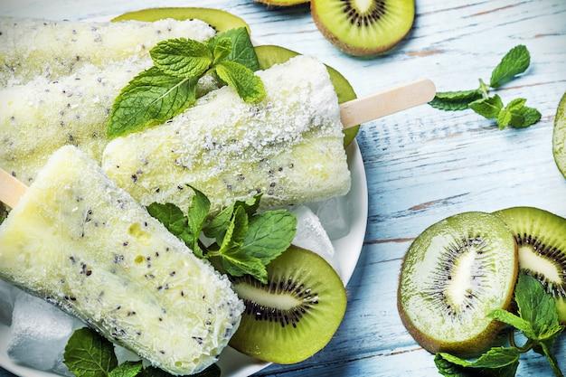 Picolés caseiros com kiwi e limão