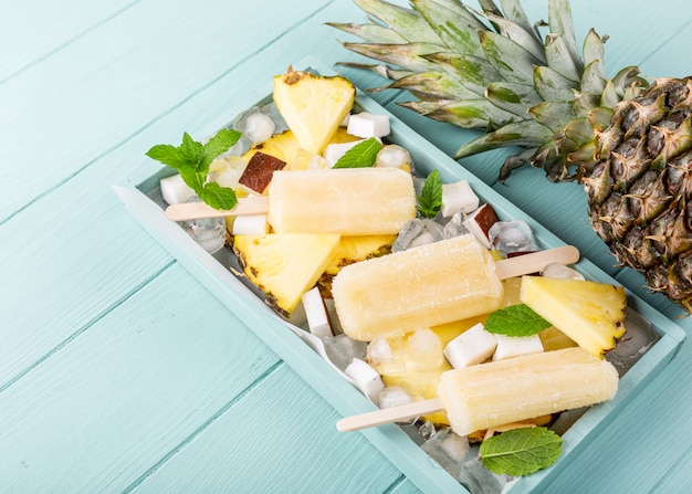 Picolés caseiros de coco abacaxi