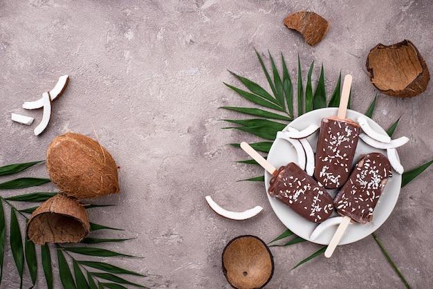 Picolés de coco em cobertura de chocolate