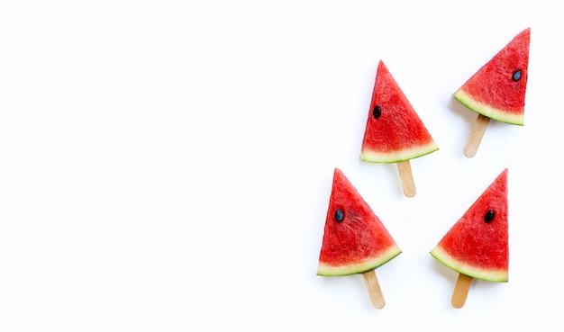 Picolés de fatia de melancia doce em fundo branco