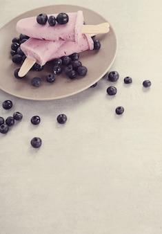 Picolés de iogurte com mirtilos