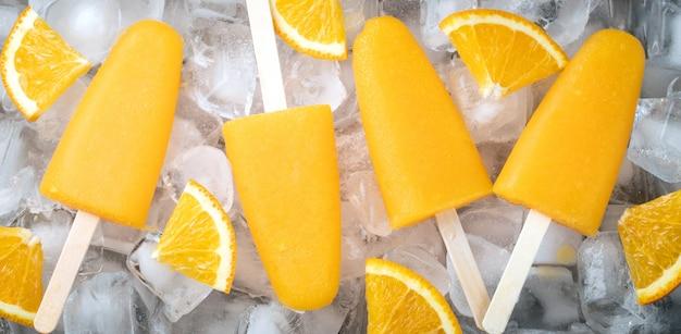 Picolés de laranja com suco.