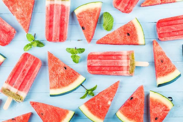 Picolés de melancia caseiro em um prato. conceito de comida de verão.