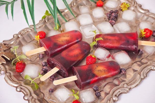 Picolés de sorvete caseiro de frutas orgânicas frescas.