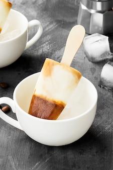 Picolés de sorvete de café em copos brancos