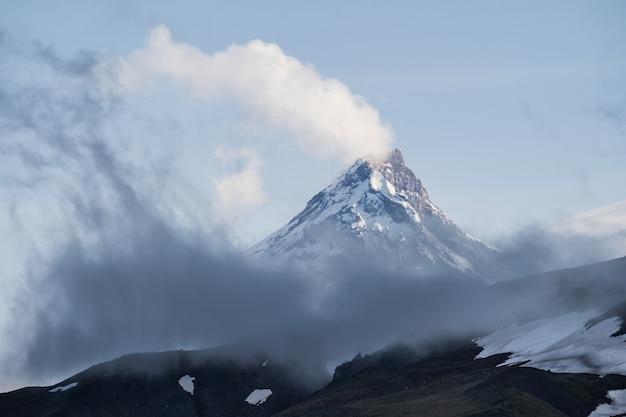 Picos de montanha após a tempestade
