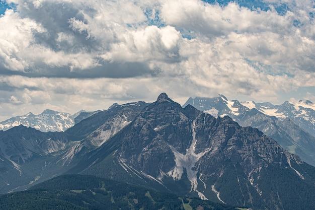 Picos de montanha com neve