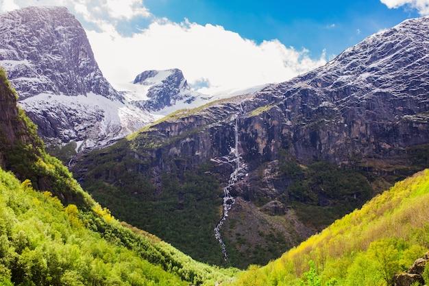 Picos de montanha na neve. paisagem pitoresca. papel de parede natural. paisagem escandinava de montanha. fundo de primavera. parque nacional jostedalsbreen na noruega. proteção da natureza. aquecimento global