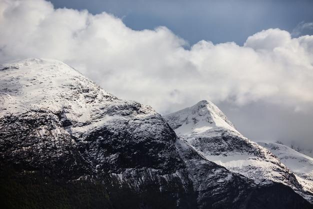 Picos de montanha na neve. papel de parede natural. paisagem escandinava de montanha