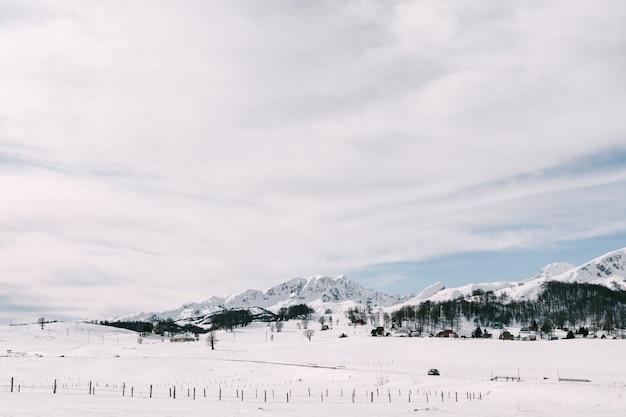 Picos de montanhas cobertas de neve no parque nacional durmitor, em montenegro