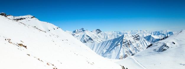 Picos de montanhas cobertos de neve no inverno na geórgia