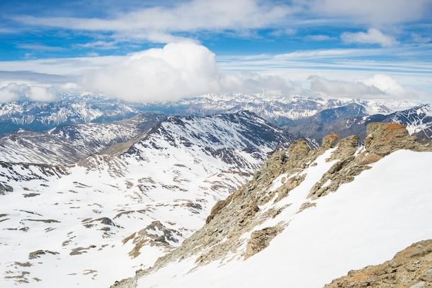 Picos de montanhas e cumes cobertos de neve nos alpes