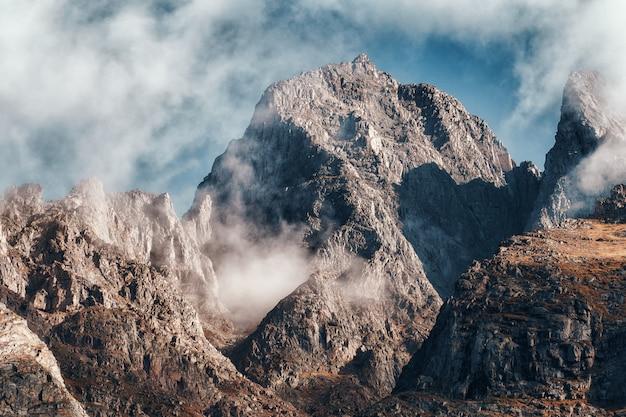 Picos de montanhas impressionantes de perto
